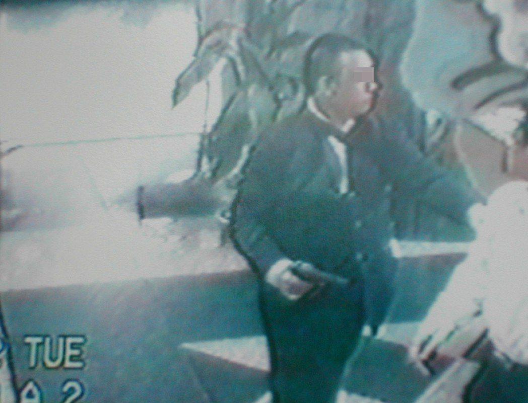 2002年新竹市發生全台首件持槍闖進銀行挾持人質案,曾姓男子持槍挾持人質。本報資...