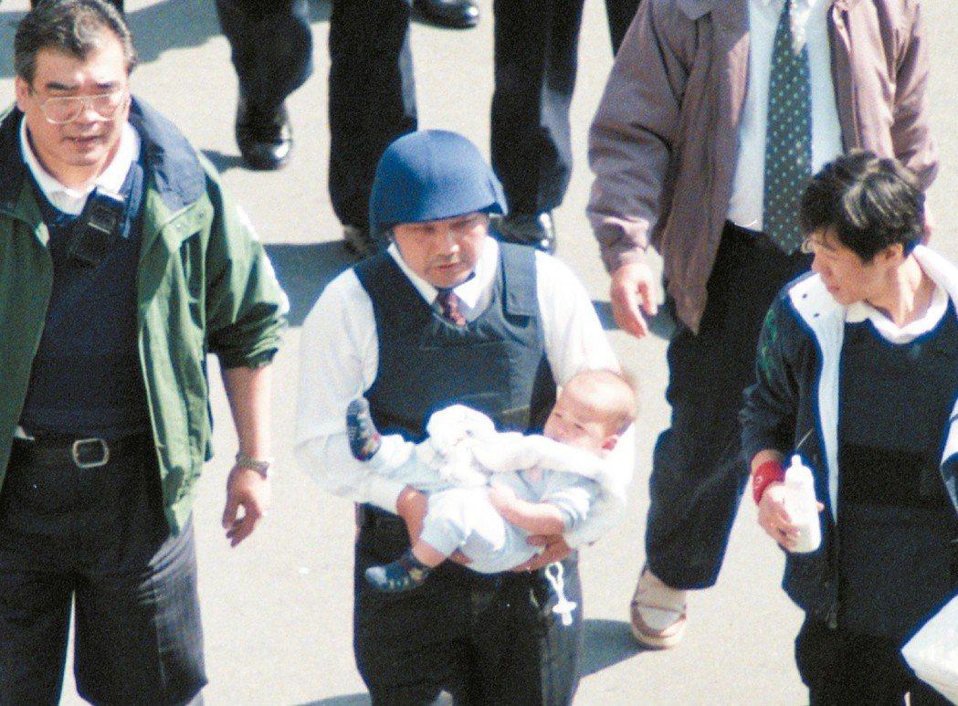 1997年11月18日,綁架殺害白曉燕的陳進興,闖入南非武官官邸挾持一家五口。時...