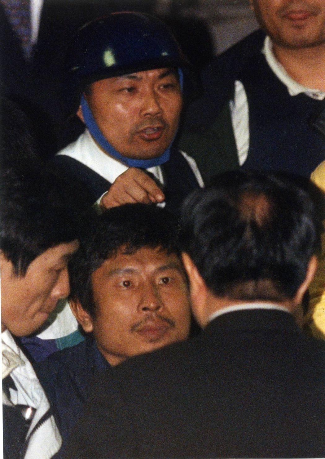 在陳進興棄械投降的過程中,台北市刑大隊長侯友宜(後戴頭盔者)現過人的膽識和溝通技...