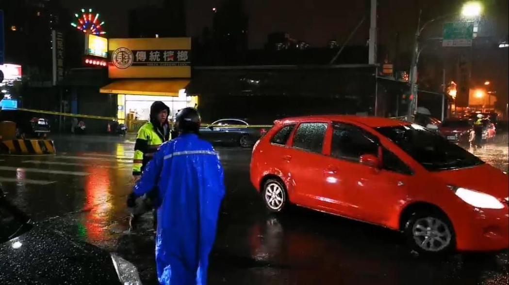 幫派份子持槍闖入桃園市一家中古車行,挾持9名人質與警方對峙5小時後棄械投降,圖為...