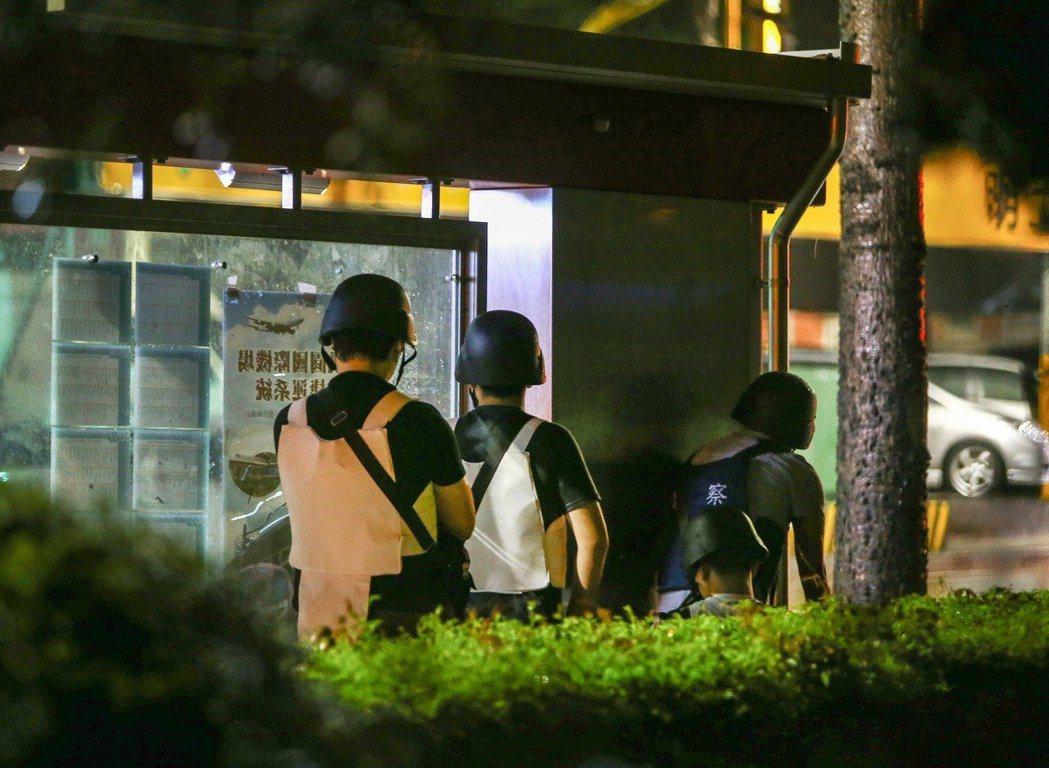桃園發生挾持案,警方動員多名警力、維安小組到場支援。記者許政榆/攝影