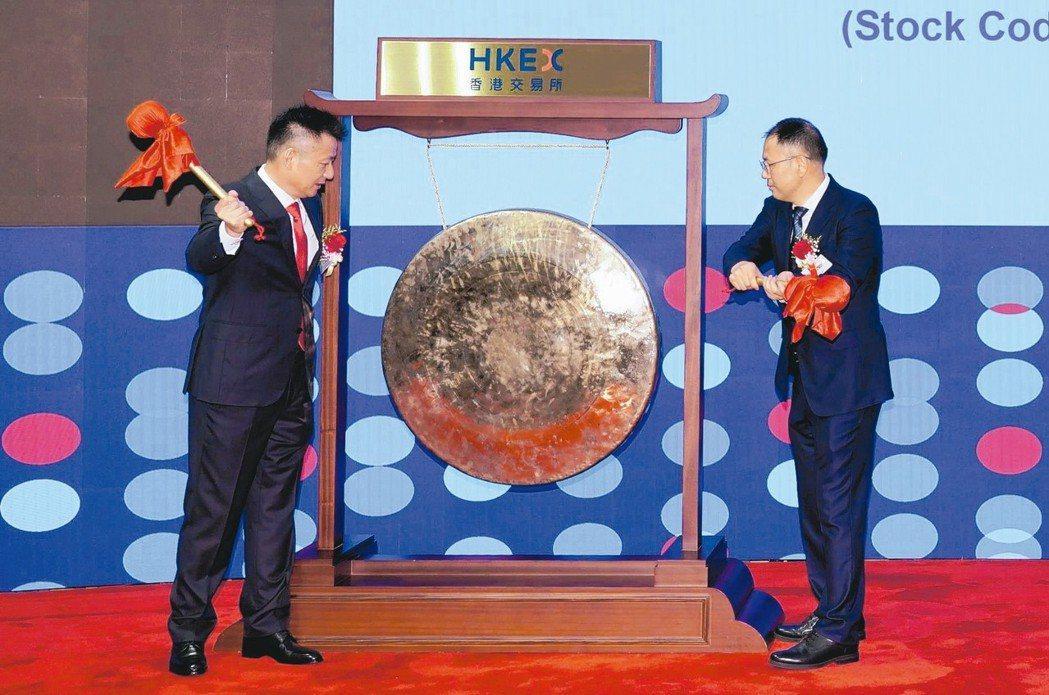 中國東方教育董事會主席吳偉(左)和非執行董事吳俊保(右)共同敲響上市銅鑼。 中新...