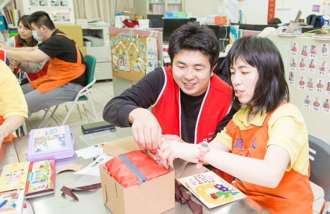 中壽看見平日孩子母親的辛勞,與憨兒共製母親節卡片。 中壽/提供