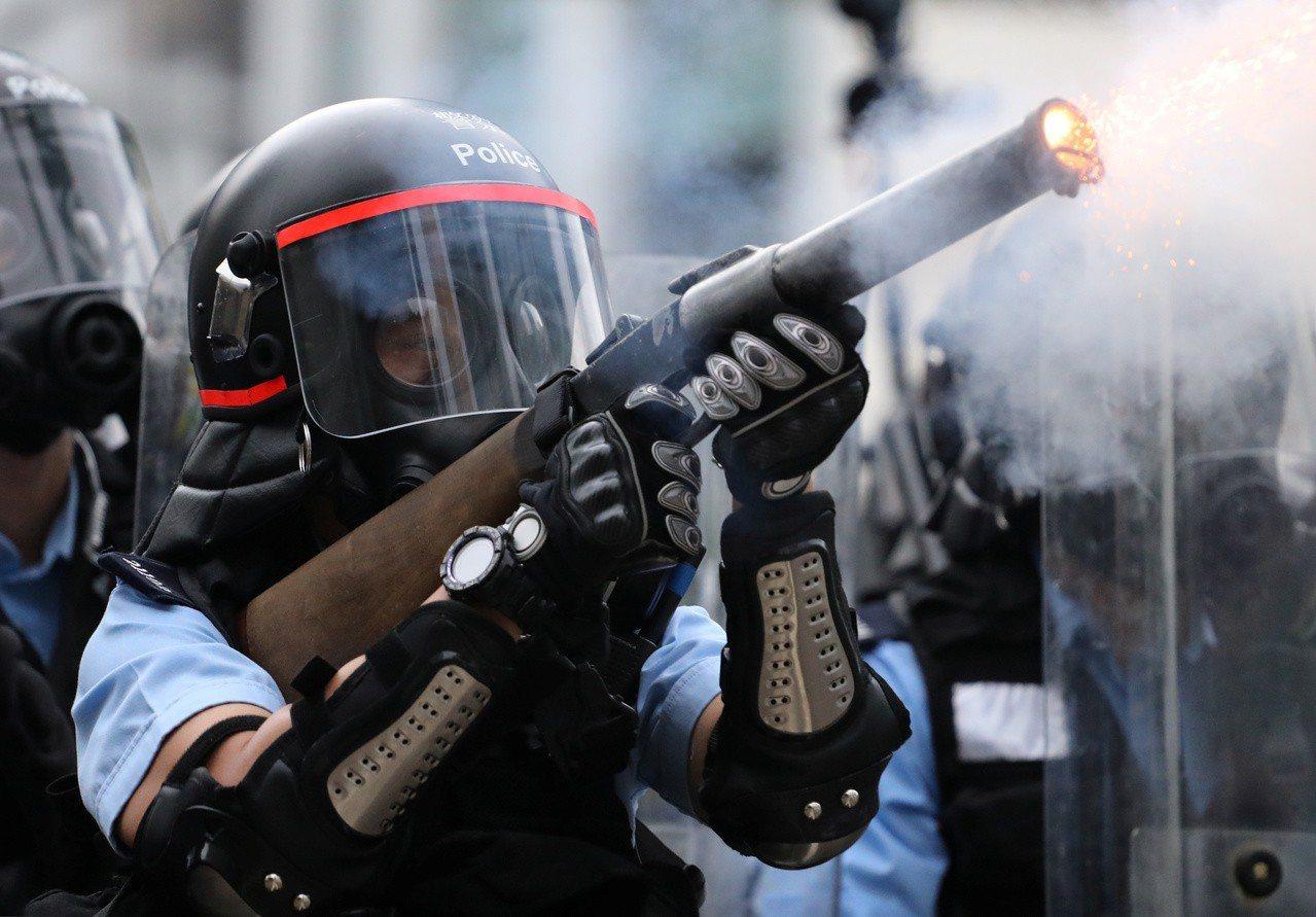 催淚彈鎖城 年輕人散了又聚 「開真槍都不走」 伯伯肚皮中彈倒地 路透社