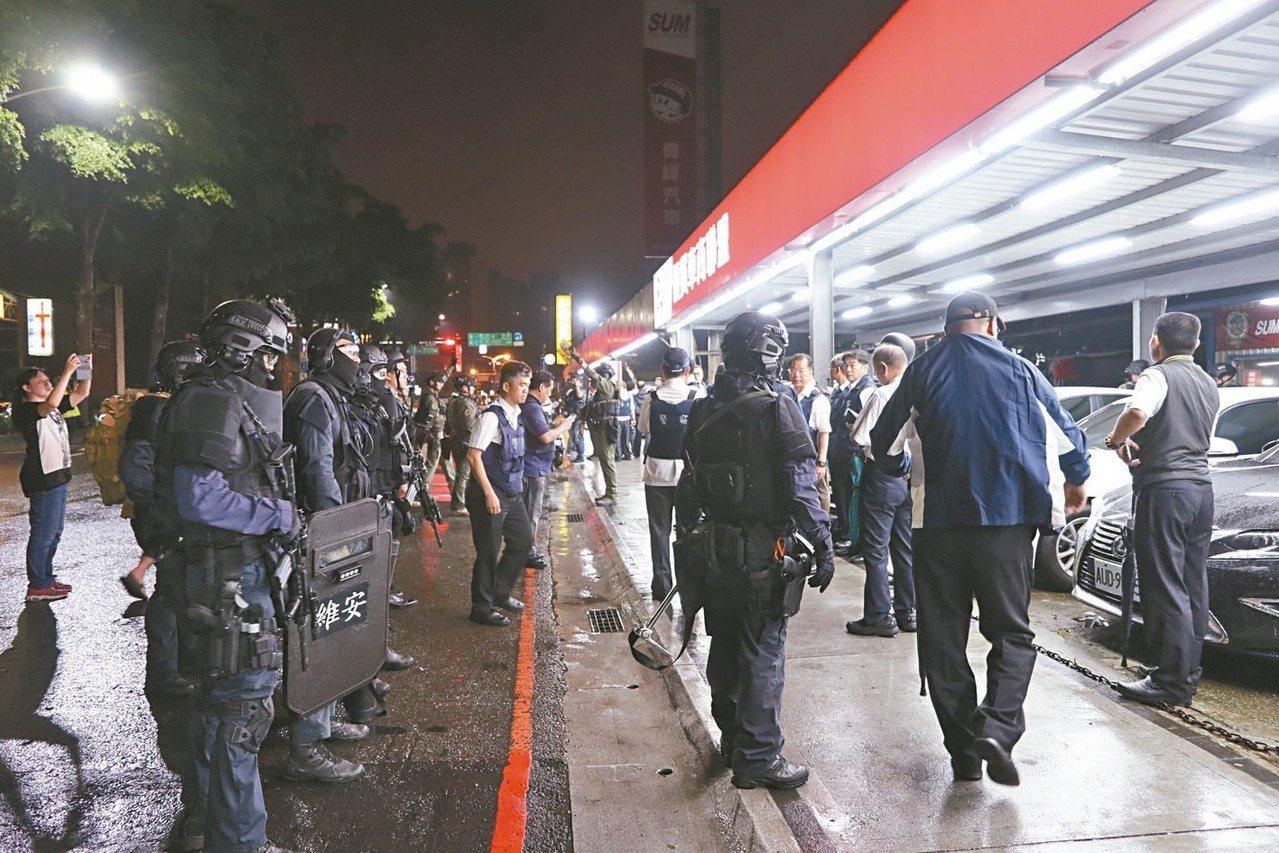桃園昨晚發生挾持案,警方動員多名警力、維安小組到場支援。 記者許政榆/攝影