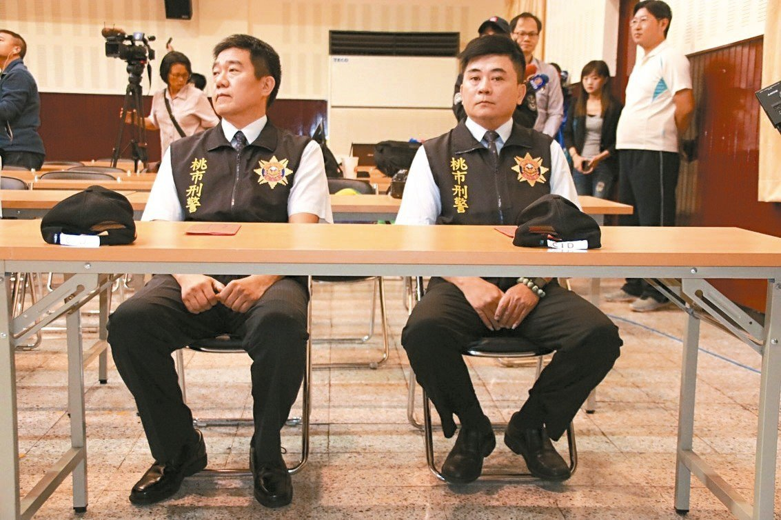 小隊長王強生(左)洪俊德(右)和嫌犯談判,成功救出9名人質。 記者曾健祐/攝影