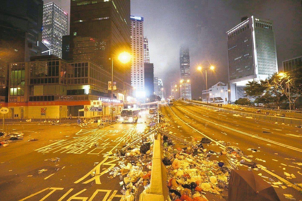 港警強勢驅離示威者,立法會周邊道路一片狼籍。 特派記者王騰毅/攝影