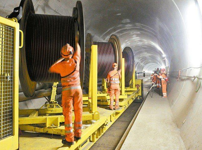 瑞士聖哥達基線隧道由數千名工作人員和工程師在地底惡劣環境下辛勤工作,耗時17年完...