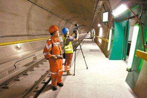 隧道每325公尺就有綠色滑門通往逃生道。 路透