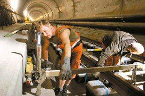 坑道內部高溫達攝氏45度,必須為工程人員打造冷氣區和通風設備。 路透