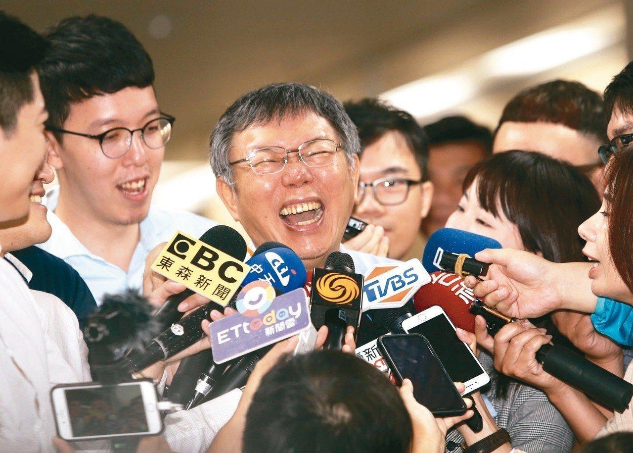 台北市長柯文哲(中)尚未鬆口是否參選,據了解,柯文哲會先等藍綠人選定案再決定。 ...