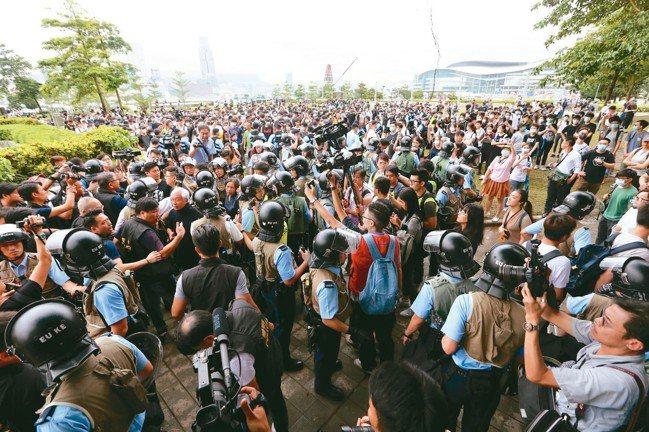 今天中午香港立法會周邊添馬公園百名群眾與警方發生口角。 特派記者王騰毅/攝影