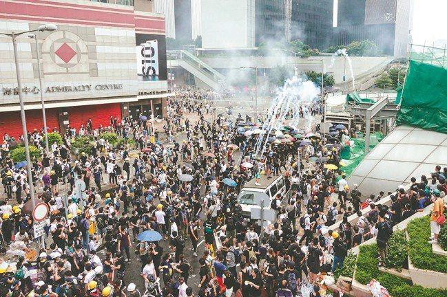 香港反送中示威,警民昨爆發衝突對抗,立法會被迫取消原訂二讀程序,下午警方使用催淚...