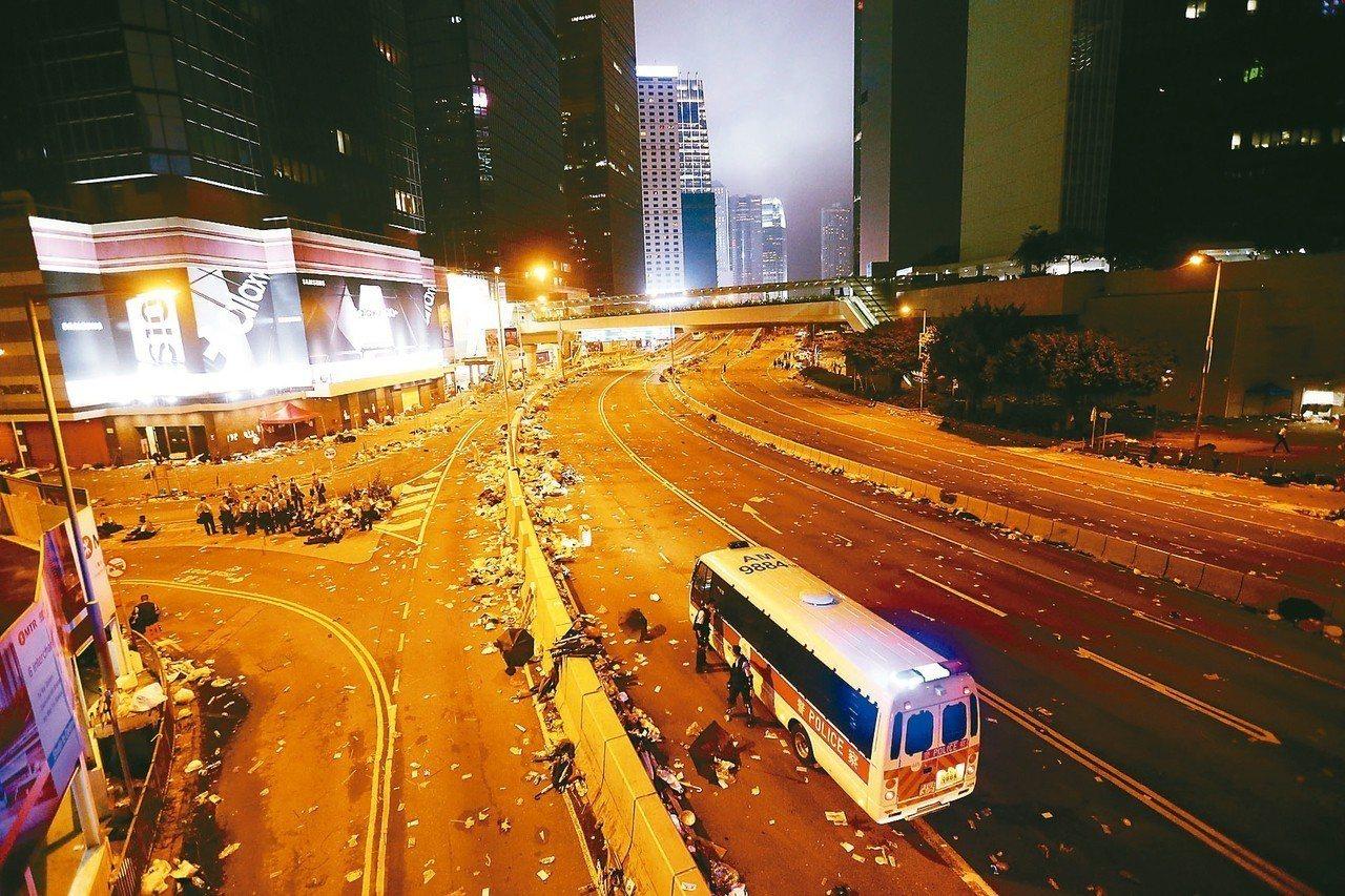 港警昨晚強勢驅離示威者後,立法會周邊道路一片狼籍。 特派記者王騰毅/攝影