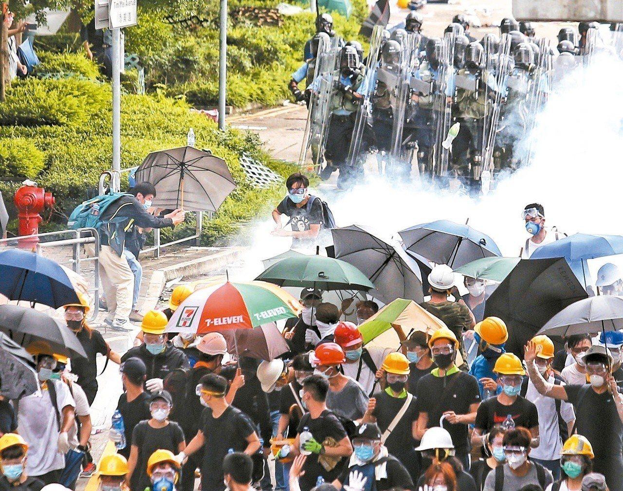 受到反送中影響,香港恆生指數也走跌超過1%,圖為民眾抗爭遭驅離。圖/聯合報系資料...