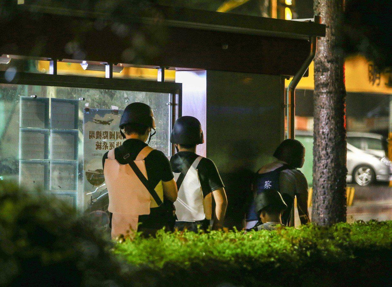 桃園市議會旁的中古車行昨晚發生持槍挾持案件,警方荷槍實彈重重包圍,氣氛緊張。所幸...