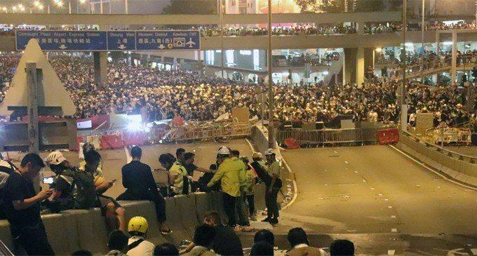 12日前往香港立法會前抗議逃犯條例修訂的民眾,在下午遭警方驅離後,晚間9時過後已...