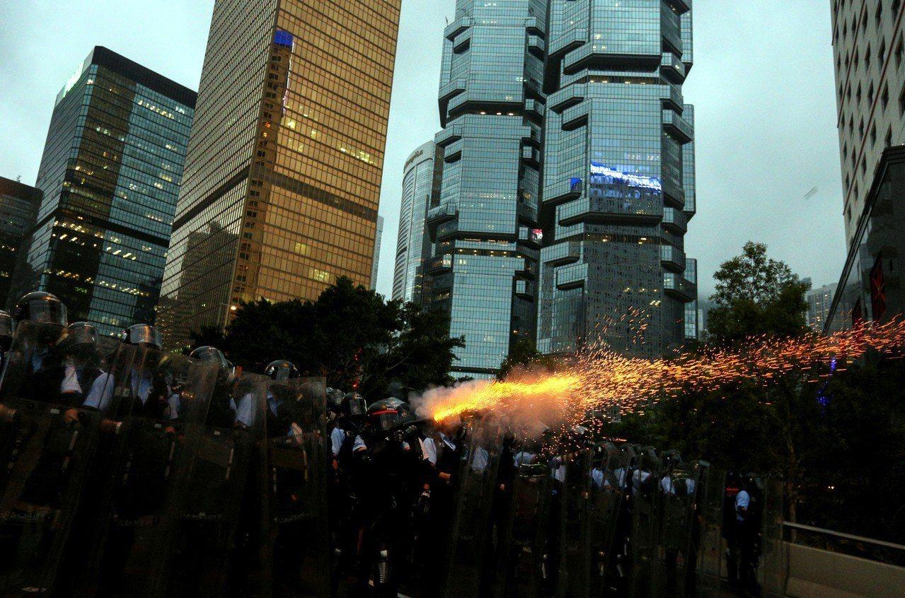 香港反送中示威衝突升高,警方12日下午作法轉為強硬,施放催淚彈驅離抗議民眾。 ...