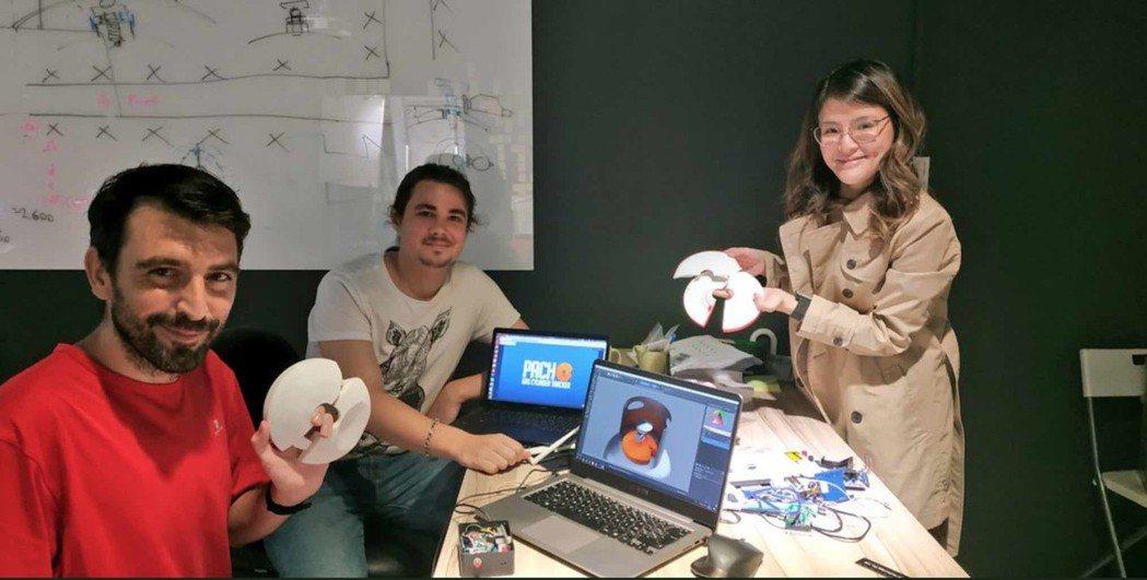 Hacking House團隊成員展示「Pacho」應用,這是一個與馬來西亞政府...