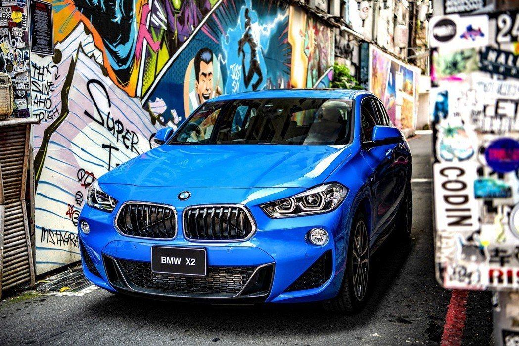 全新BMW X2 sDrive20i領航版標準配備M Sport風格套件,包含M...