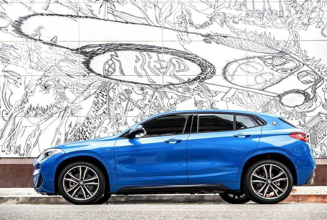 19吋M款雙幅式輪圈以及與車身同色的輪弧帶來與眾不同的跨界魅力。 圖/汎德提供