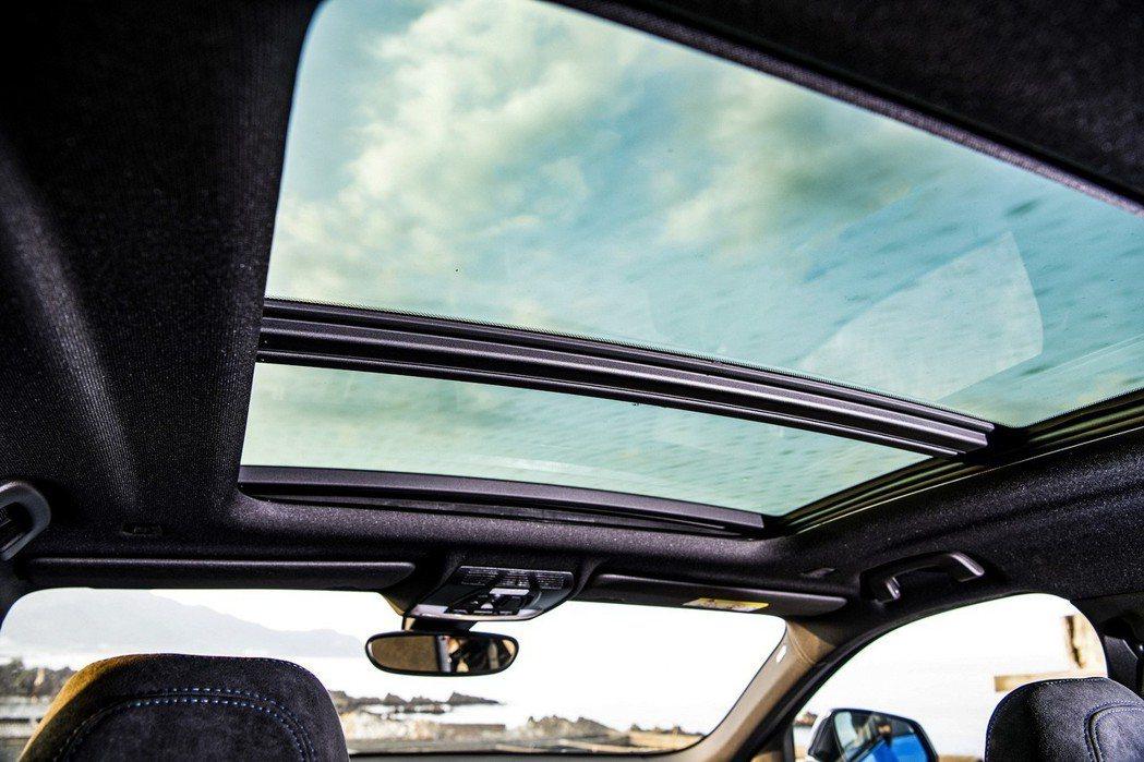 全新BMW X2 sDrive20i領航版升級全景式電動玻璃天窗,呈現寬闊舒適氛...