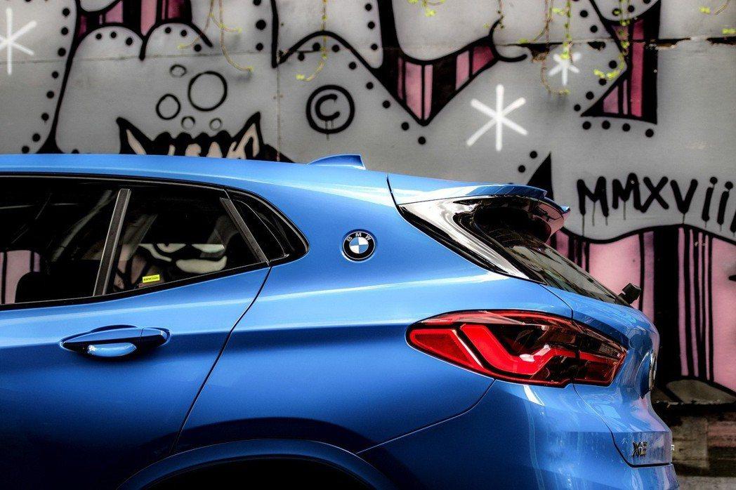 承襲傳奇BMW 3.0 CSL賽車靈魂,將藍白廠徽嵌於C柱之上,搭配M款後擾流尾...