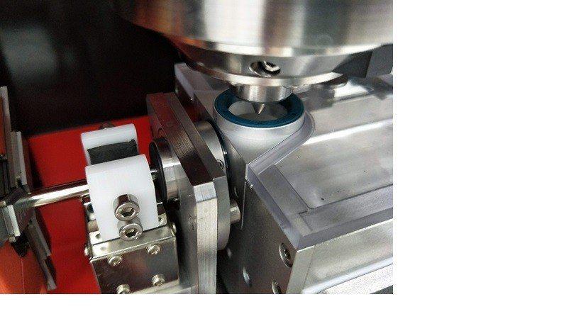 針對鎳鈦合金精細線管材進行雷射切割加工。 金屬中心/提供