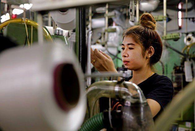 社頭織襪產業的奧祕在於大廠、小廠有如螞蟻雄兵分工合作,一年開發出上千種款式的襪子...