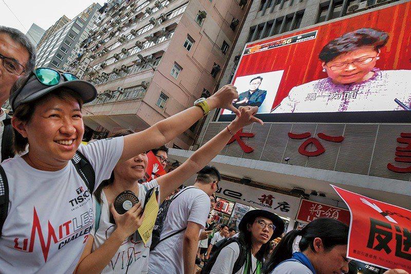 可能是香港最後一次的自由,時隔十數年,香港人民再次走上街頭,用腳投票,背後動機是...