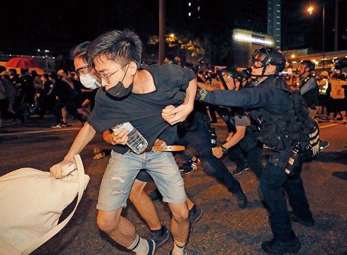 衝突愈演愈烈,遊行持續至深夜,在香港特首林鄭月娥宣布《逃犯條例》堅決不退回的同時...