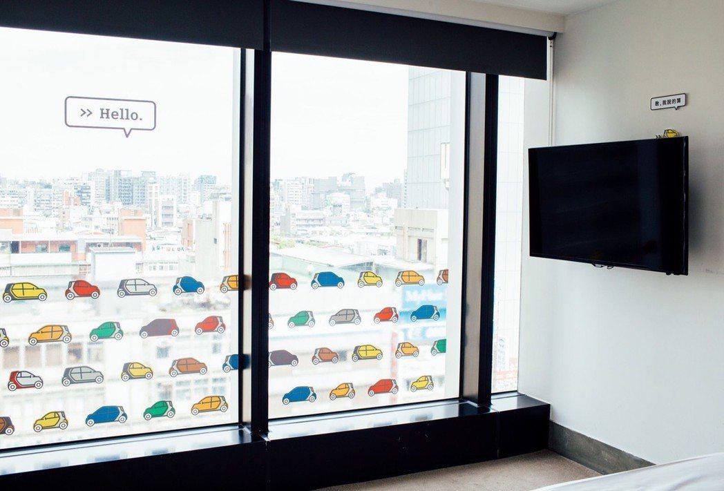 玻璃窗上滿滿的各色smart,開啟一天繽紛的好心情。 圖/台灣賓士提供