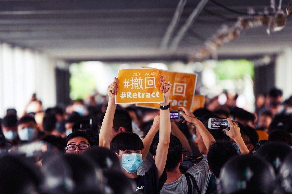 香港「反送中」示威13日暫時回到了重整狀態。前日仍據守在金鐘、中環、灣仔地區的抗...