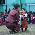 不丹小王子肥嘟嘟臉蛋+玩耍萌樣 可愛程度跟喬治小王子有得拚
