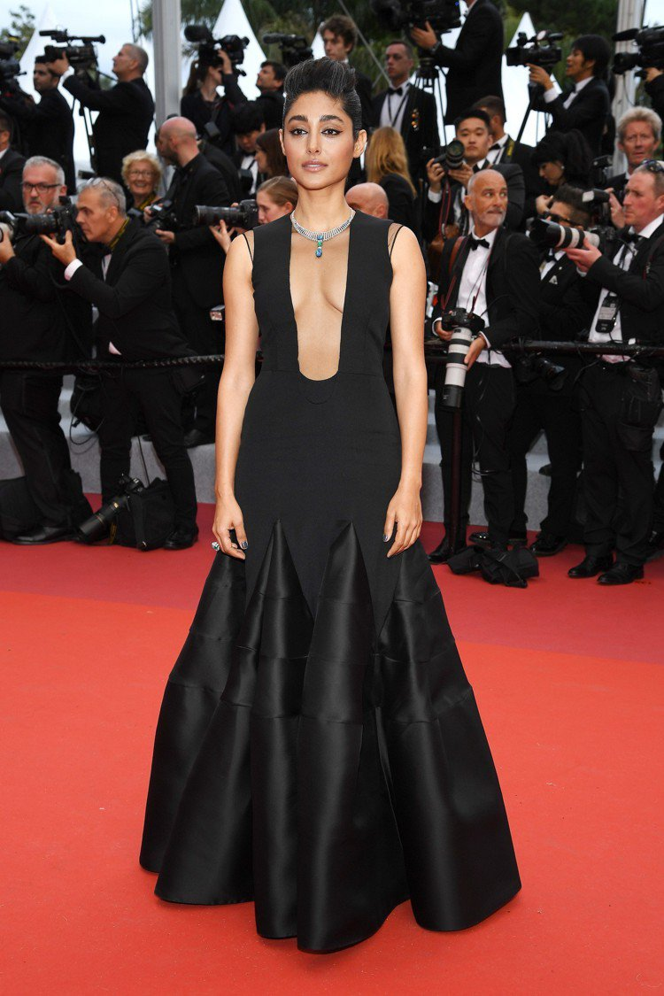 伊朗女演員格洛詩菲法拉哈尼配戴卡地亞全新Magnitude頂級珠寶出席坎城開幕。...