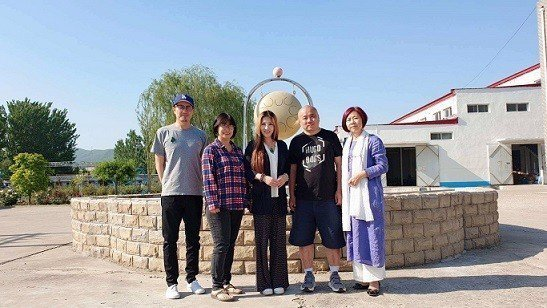 Udiyana老師(左三)日前到北京跟北京2019智慧光國際療癒展主辦單位簽約。...