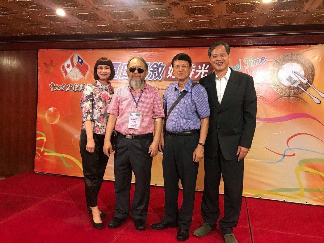 台北市長柯文哲相當贊同中加文化經濟協會理事長李麗裕(左二)熱衷公益,對李麗裕的教...