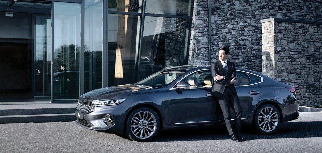 小改款Kia K7 Premier還請來韓國知名演員劉智泰來代言。 摘自Kia