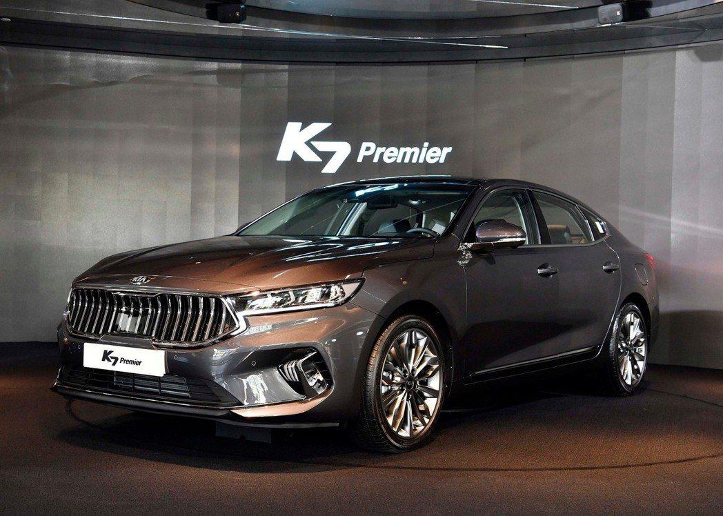 小改款Kia K7 Premier車頭與車為變化較為明顯。 摘自Kia