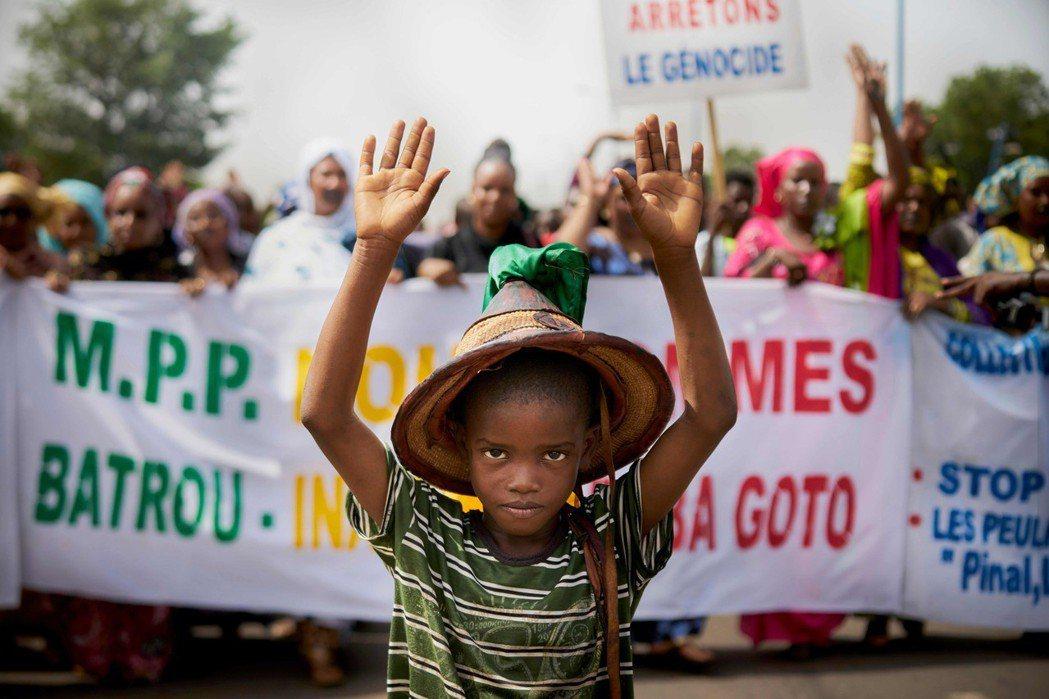 去年6月底,由富拉尼族人聚集的Komaga村遭遇屠殺後,在首都參與抗議的男孩。 ...