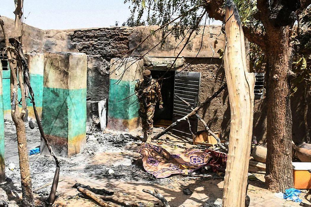 3月26日馬利軍人巡視遭屠殺攻擊的富拉尼村落 圖/路透社