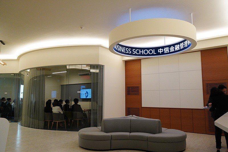 中信金融管理學院建置金融職訓中心,讓同學在仿真銀行環境中學習銀行業務。 圖/中信...