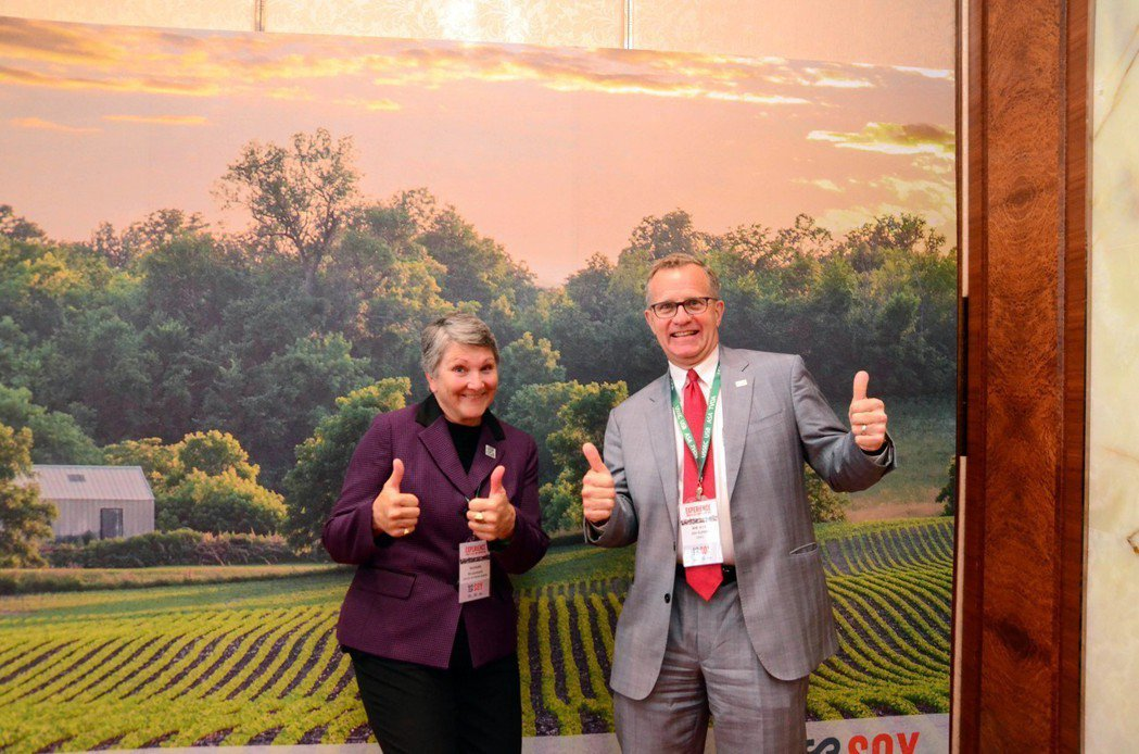 美國黃豆出口協會執行長蘇健(Jim Sutter)(右)與美國黃豆出口協會執行長...