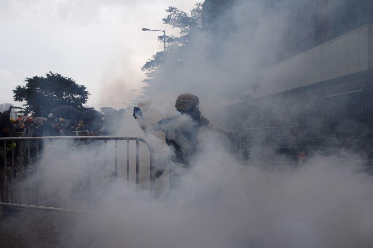 警方釋放催淚彈驅趕示威民眾。 香港01記者曾梓洋/攝影