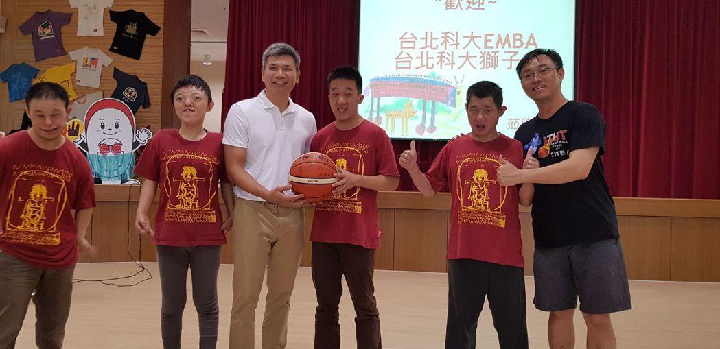北科大EMBA籃球隊教練,中華男籃國手李雲光(左四)代表,贈與院生簽名球及紀念T...
