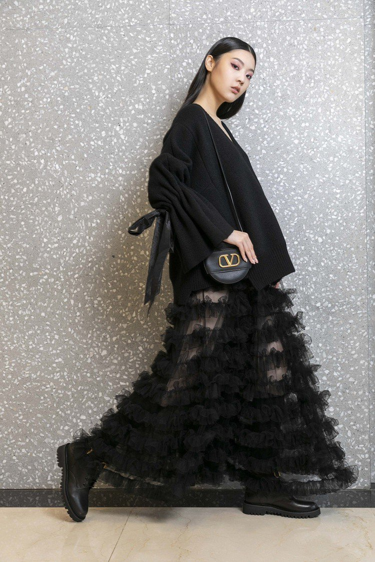 Valentino早秋女裝系列利用西方追求平衡、對稱的和諧理念,對比東方日式不完...