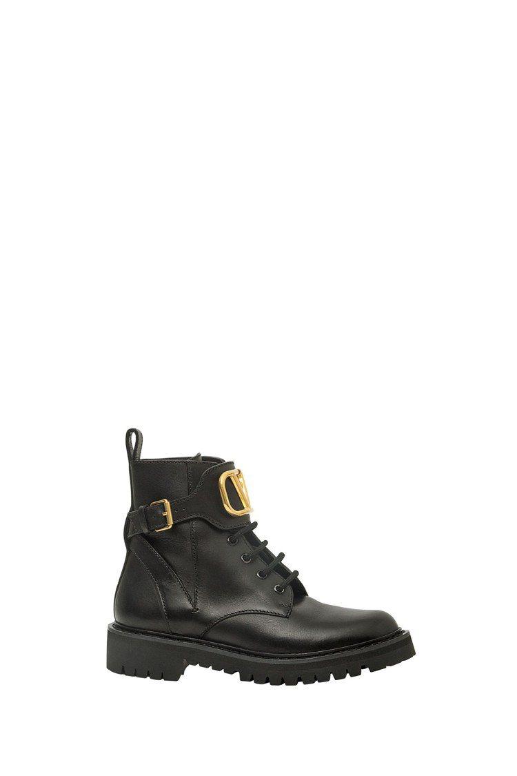 Valentino Garavani V LOGO平底靴,43,800元。圖/V...