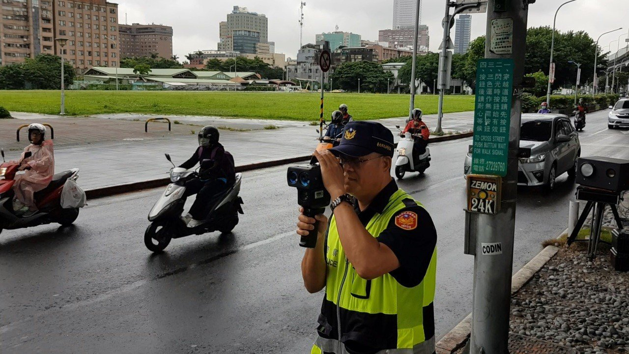 北市交通警察大隊選定17處易超速路段,昨起透過移動式測速相機、測速槍加強執法。 ...