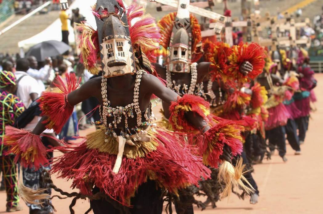圖為2013年馬利現任總統IBK就職典禮上,多貢人戴著傳統面具進行舞蹈表演。 圖...