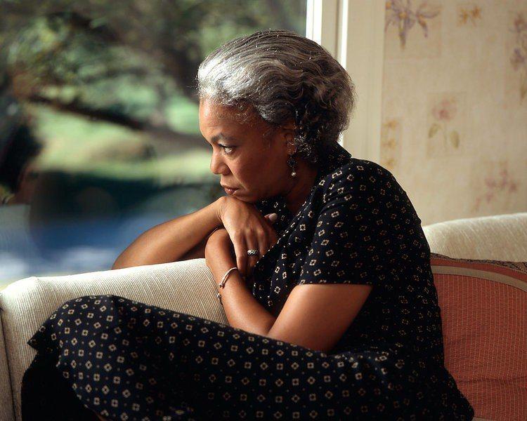 最新研究顯示,教育程度高會影響晚年認知功能狀況,但與阿茲海默症無直接關聯。(ph...